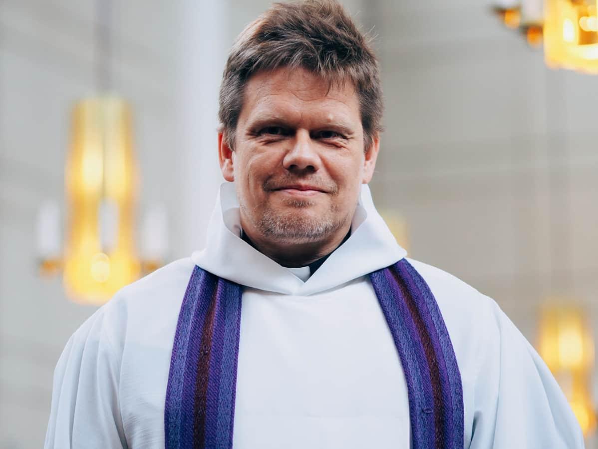 pappi Marko Heusala Lauttasaaren seurakunta