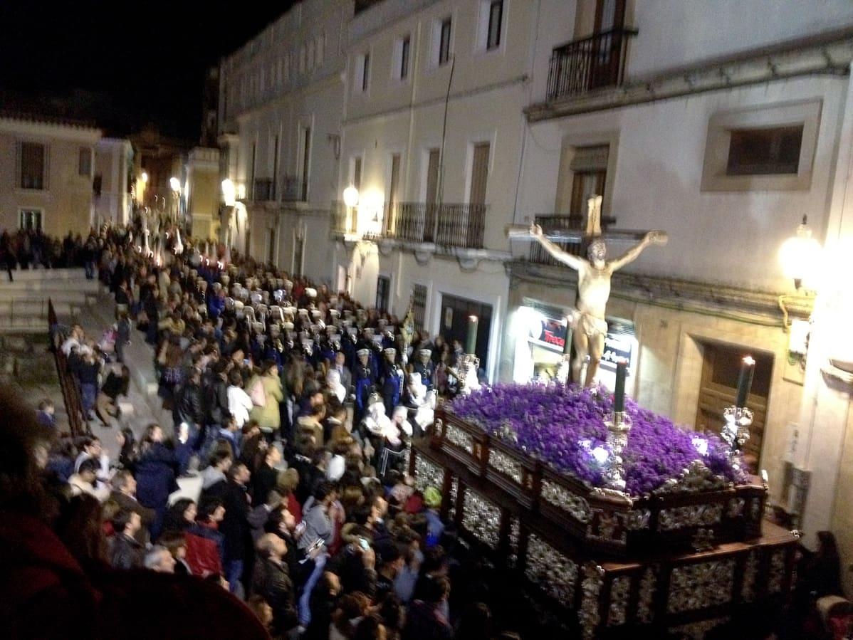 Pääsiäiskulkue historiallisessa Meridassa pitkäperjantain vastaisena yönä.
