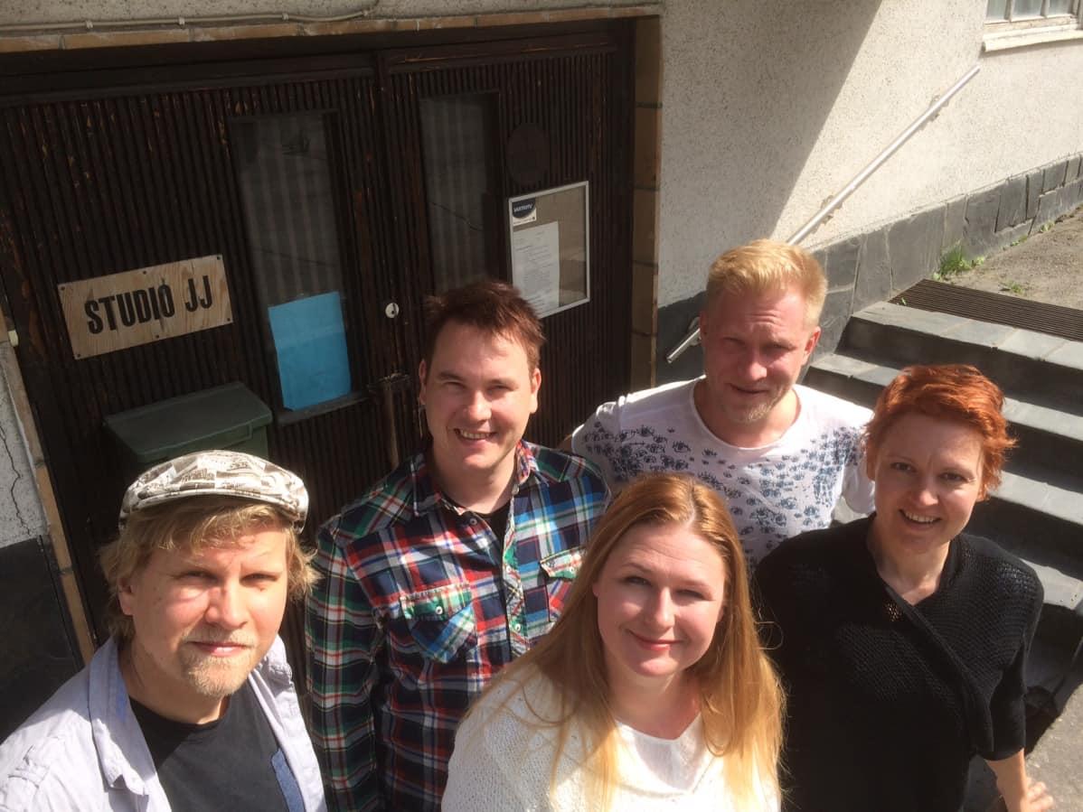 Kuunnelma tekemässä. Tekijät tamperelaisen JJ-Studion edessä. Hannu Hauta-aho, Matti Kajander, Marika Vapaavuori, Tuukka Huttunen ja Marika Heiskanen