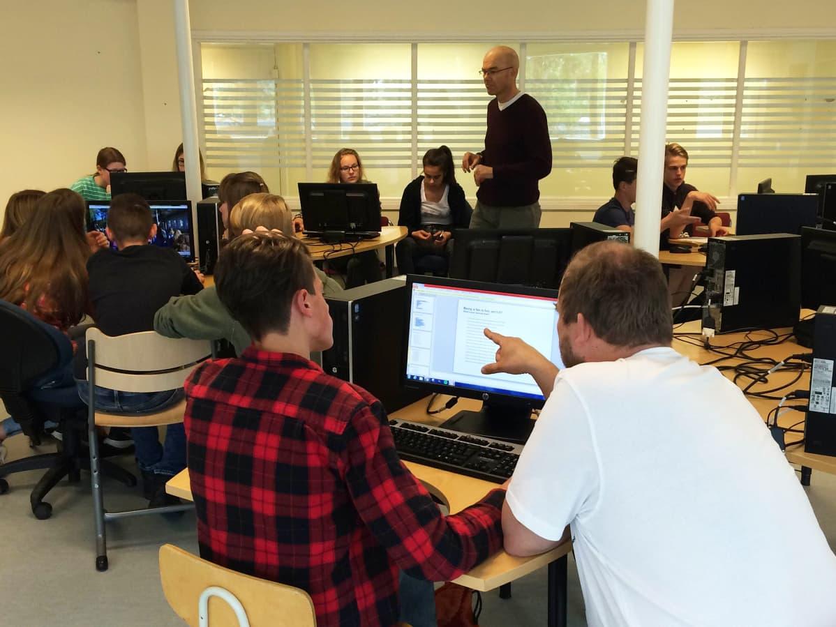 Oppilaita ryhmätöissä atk-luokassa