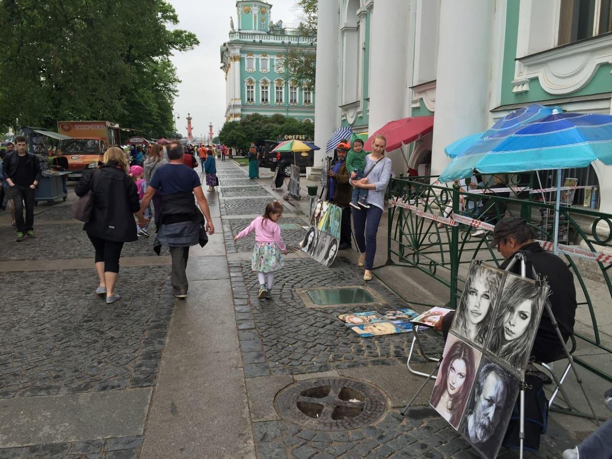 Taidetta tarjolla Pietarin Talvipalatsin edustalla.