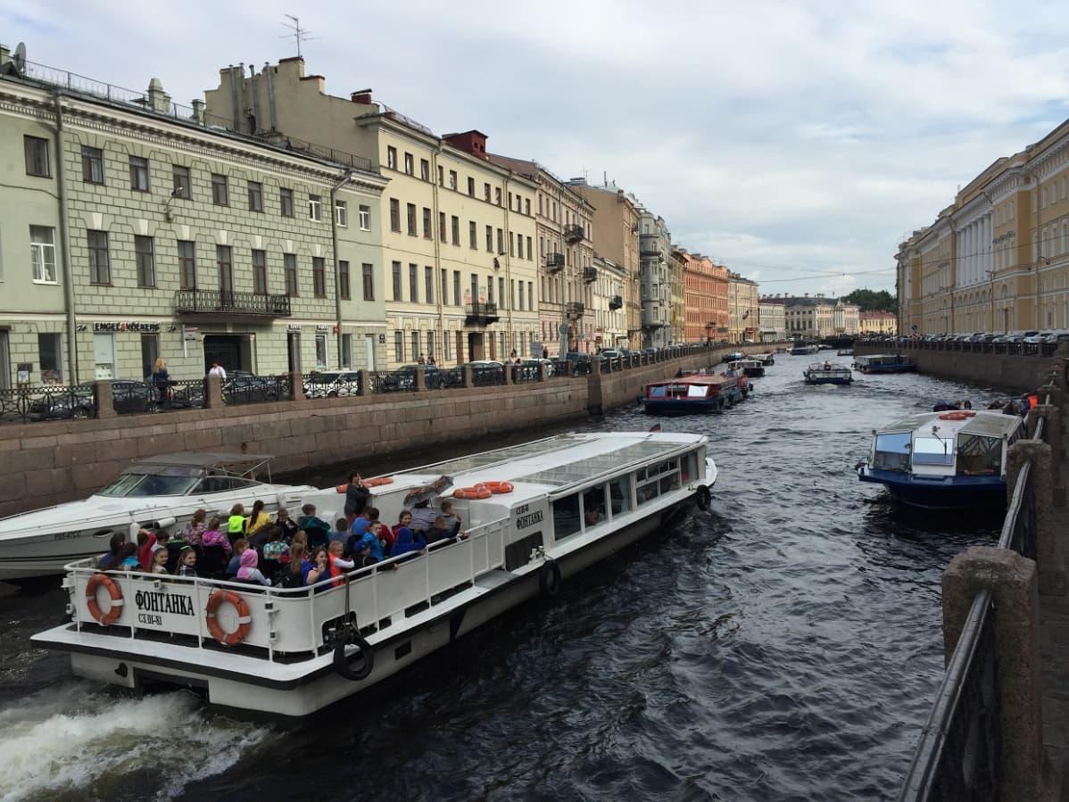 Vesiristeily on suosittu tapa tutustua Pietarin miljoonakaupunkiin.