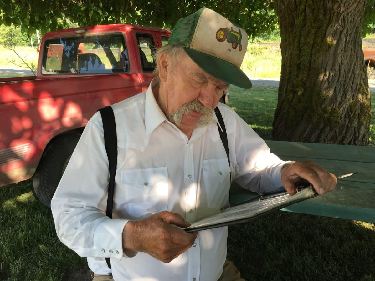 Warren Nakkela lohkamin iežas divttaid. Warren Nakkela lukemassa kirjoittamiaan runoja.