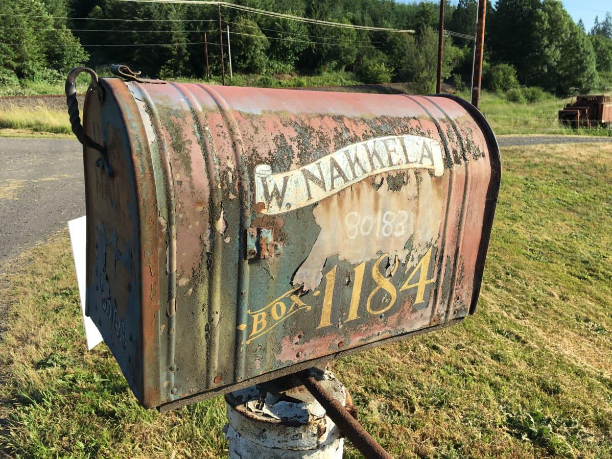 Nakkela dálu poastakássa Clatskanies. Nakkelan talon postilaatikko Clatskaniessa.