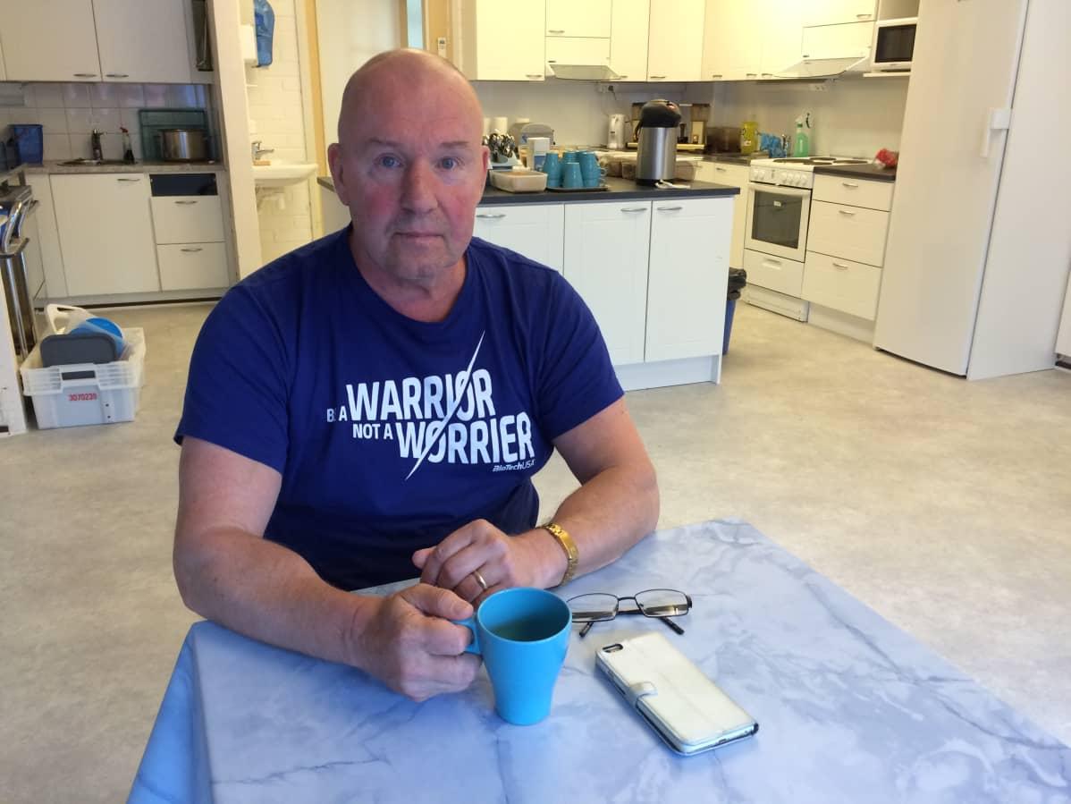 Päihdekuntoutuslaitos Helpin toiminnanjohtaja Markku Tiitinen istuu kahvilla uusissa toimitiloissa.