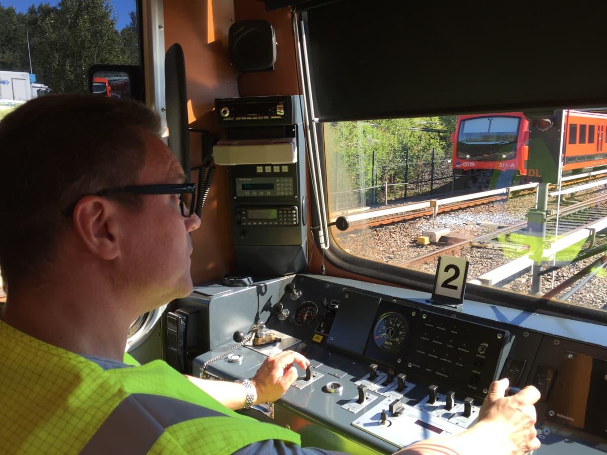 HKL on jo kouluttanut ja palkannut kymmeniä uusia metrokuljettajia länsimetroa varten. Viimeisimmät uudet kuljettajat valmistuvat elokuun alkupuolella. Kuljettajaoppilas Ismo Melanen harjoitteli ajamista nykyisellä metrolinjastolla tänään.