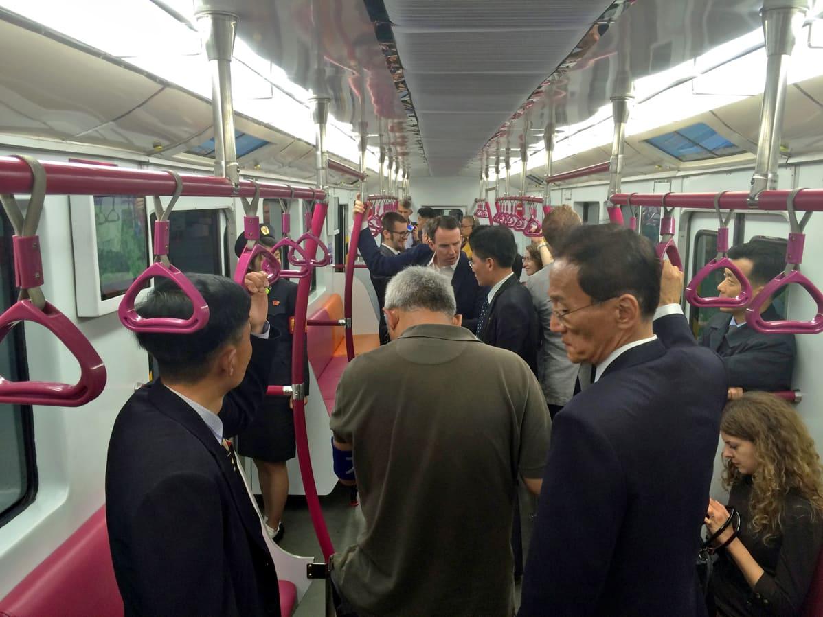 Toimittajia uudessa metrossa.