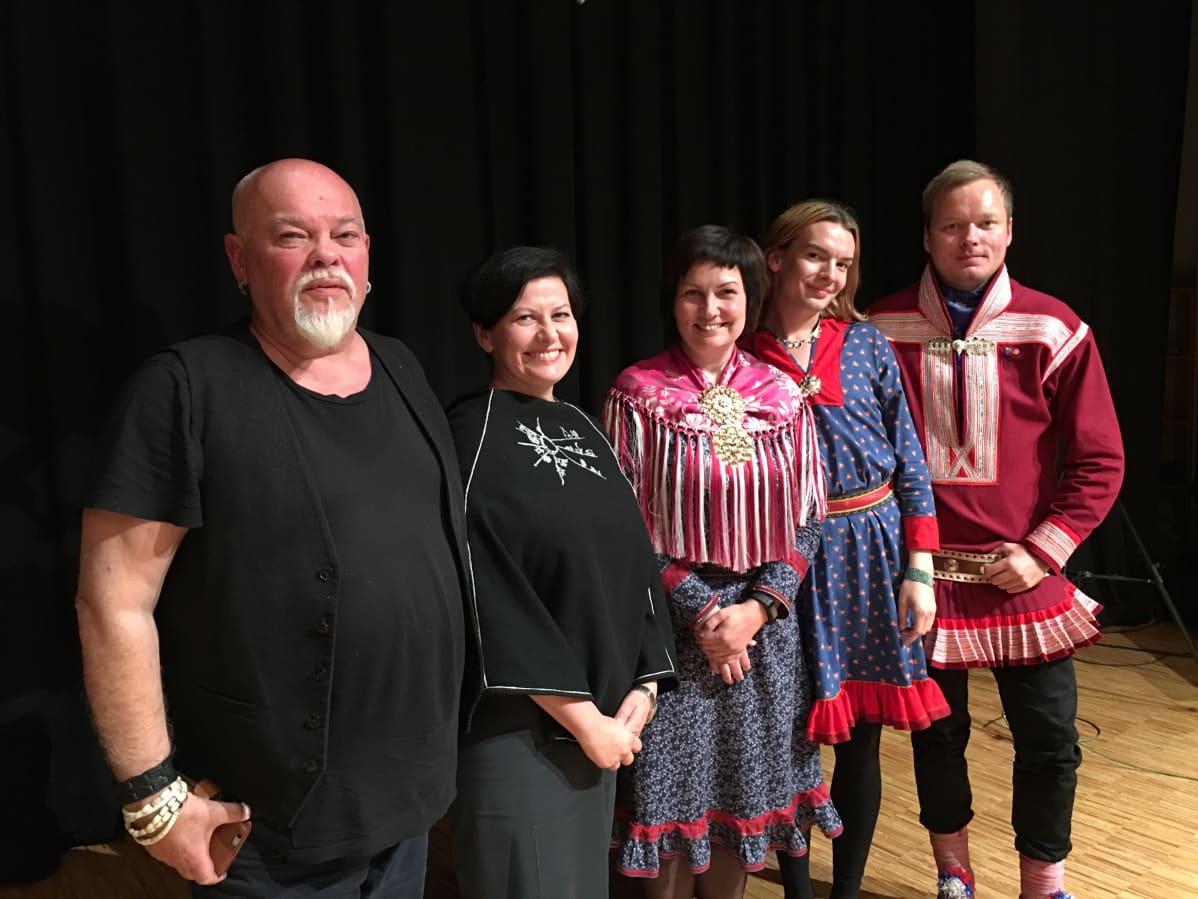 Svein Henriksen (gur./vas.), Helga Pedersen, Aili Keskitalo, Dávvet Bruun-Solbakk ja Johan Vasara