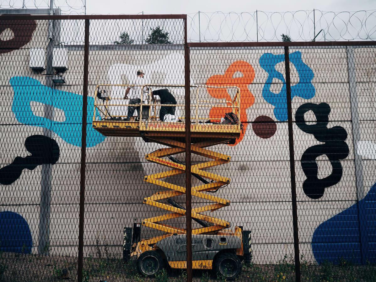 Graffititaiteilija EGS maalaa.