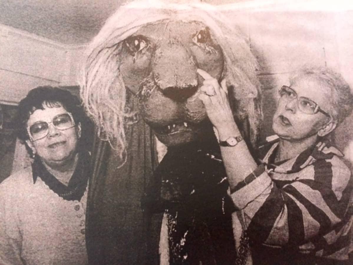 Kati Kaipainen leijonanpää kädessään.
