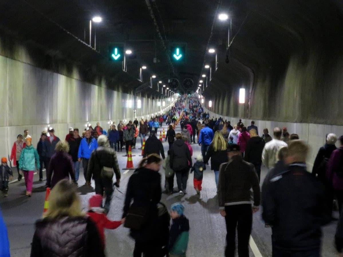 Kävelijöitä Tampereen rantatunnelissa