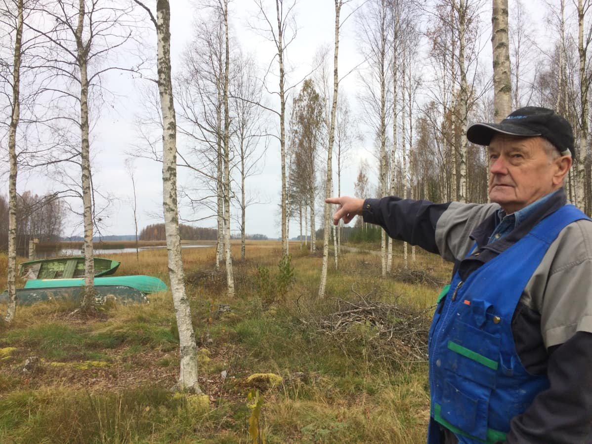 Heikki Valijoki (vasemmalla) ja Ilmari Sulkakoski pohjalaistakan äärellä.