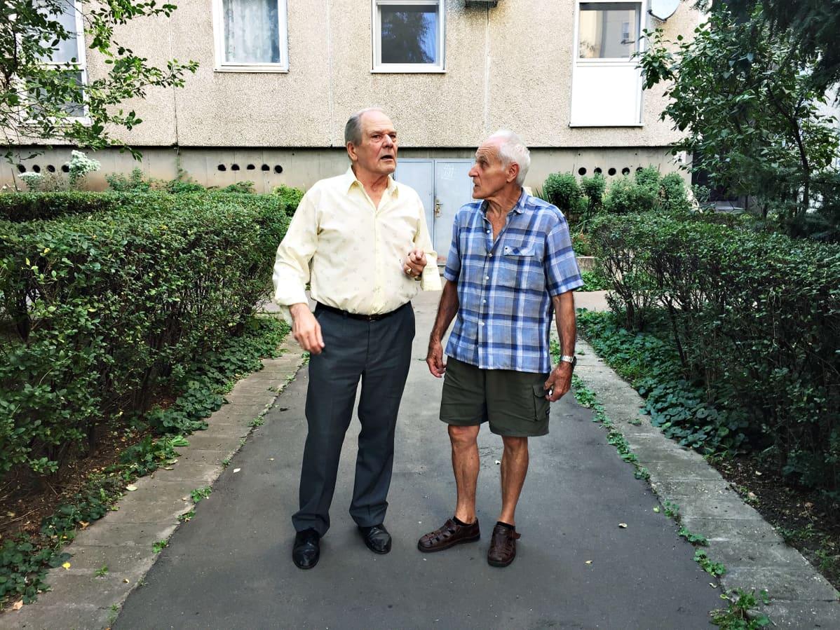 Pál Égin naapurinsa kanssa pihalla.