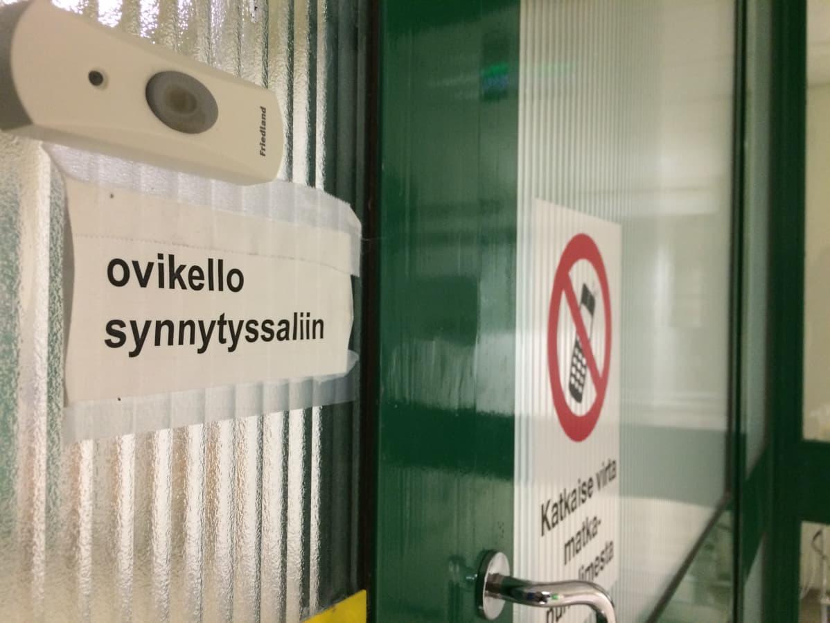 Hämeenlinnan synnytyssalin ovikello ja matkapuhelinkielto.