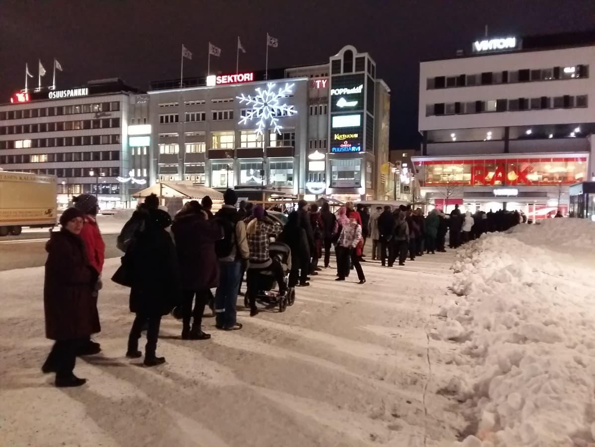 Ihmisiä jonottamassa Kuopion keskustan Tokmannin avaamista