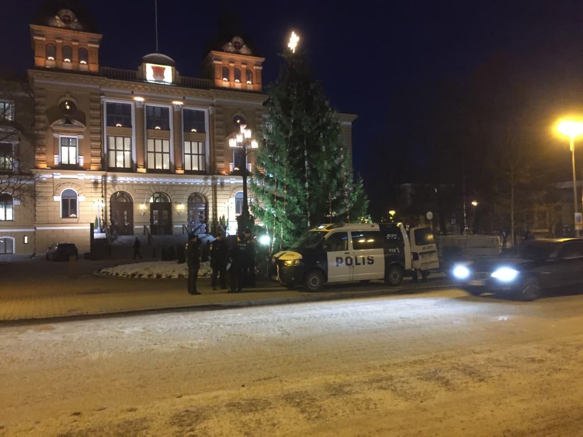 Poliiseja ja partioauto Oulun kaupungintalon edustalla odottamassa Venäjän pääministerin Dmitri Medvedevin vierailun alkamista.