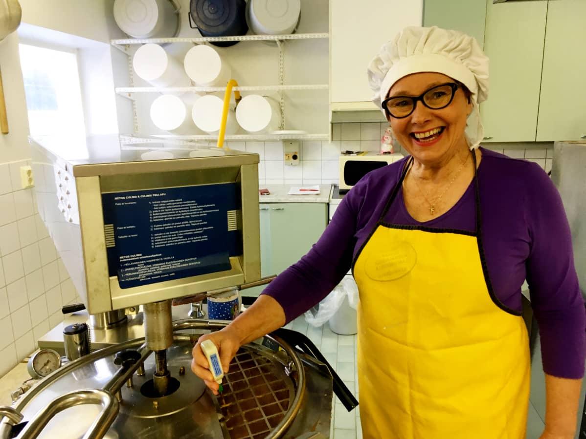 Leila Nuottivaara mittaa sinapin lämpötilaa kattilasta.