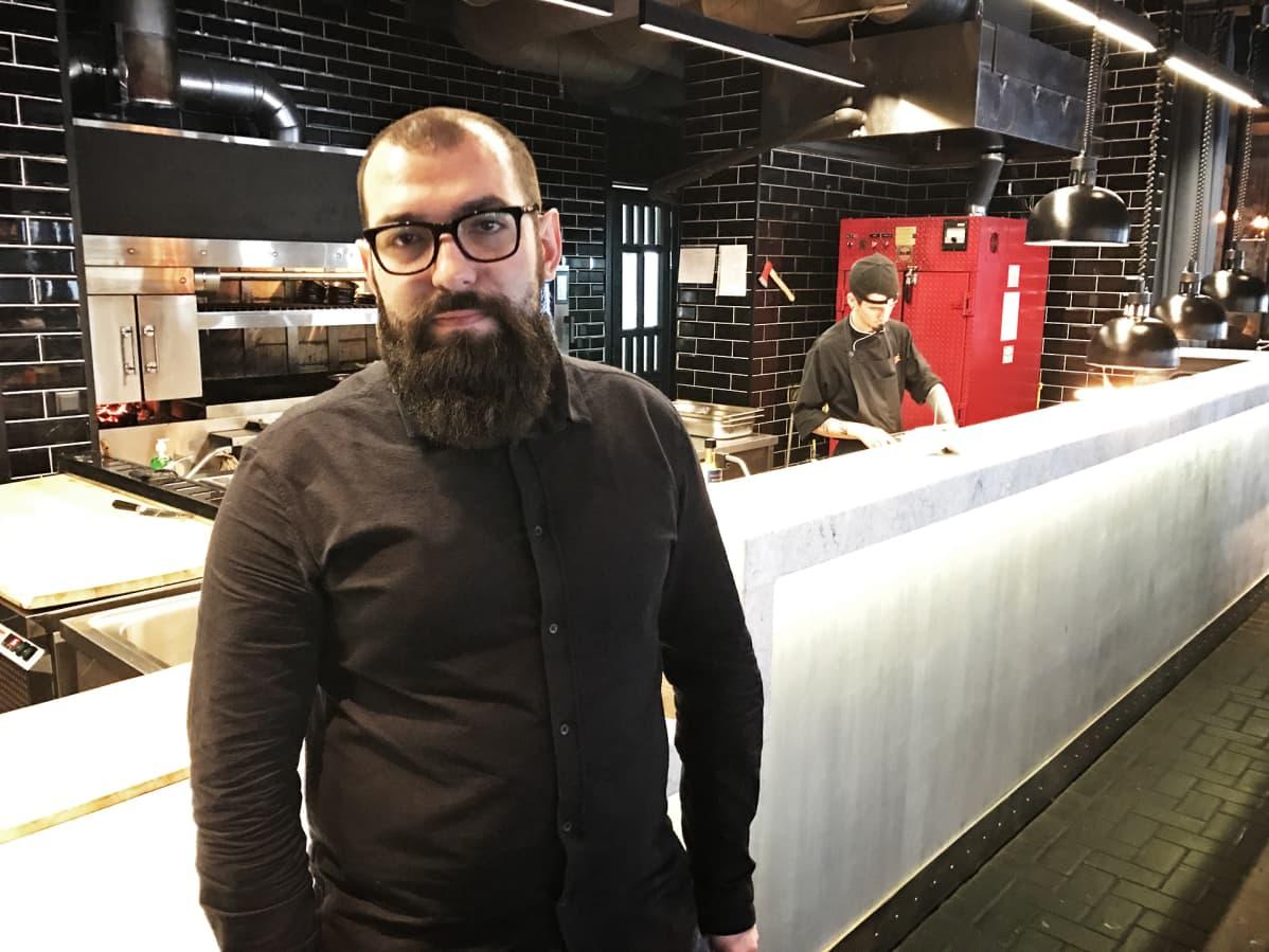 Ravintoloitsija Tahir Holikberdijev Juzhane-ravintolassaan.