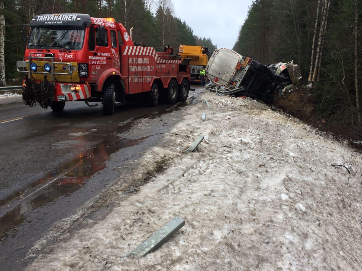 Säiliöautoa nostetaan ojasta Perniössä
