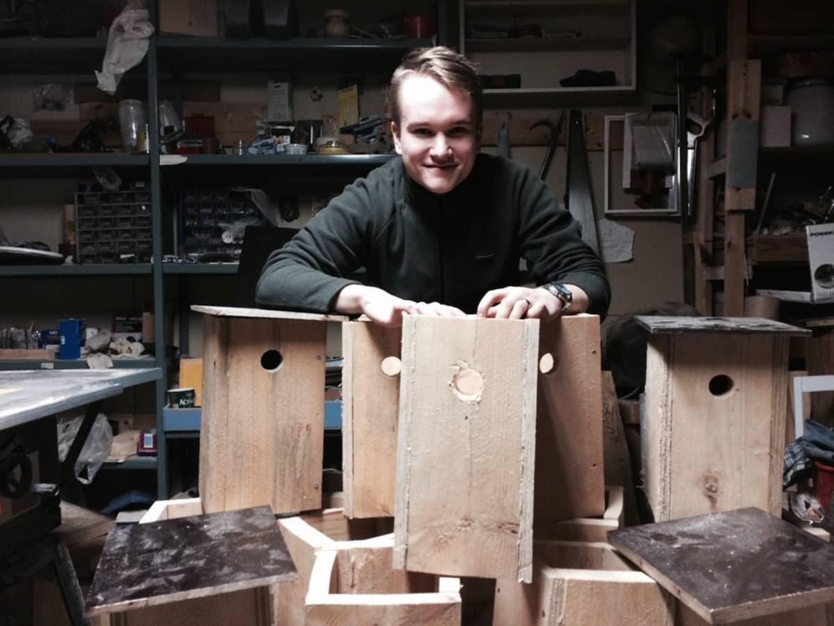 19-vuotias mäntyharjulainen Juho Jolkkonen rakentaa linnunpönttöjä käenpiialle.
