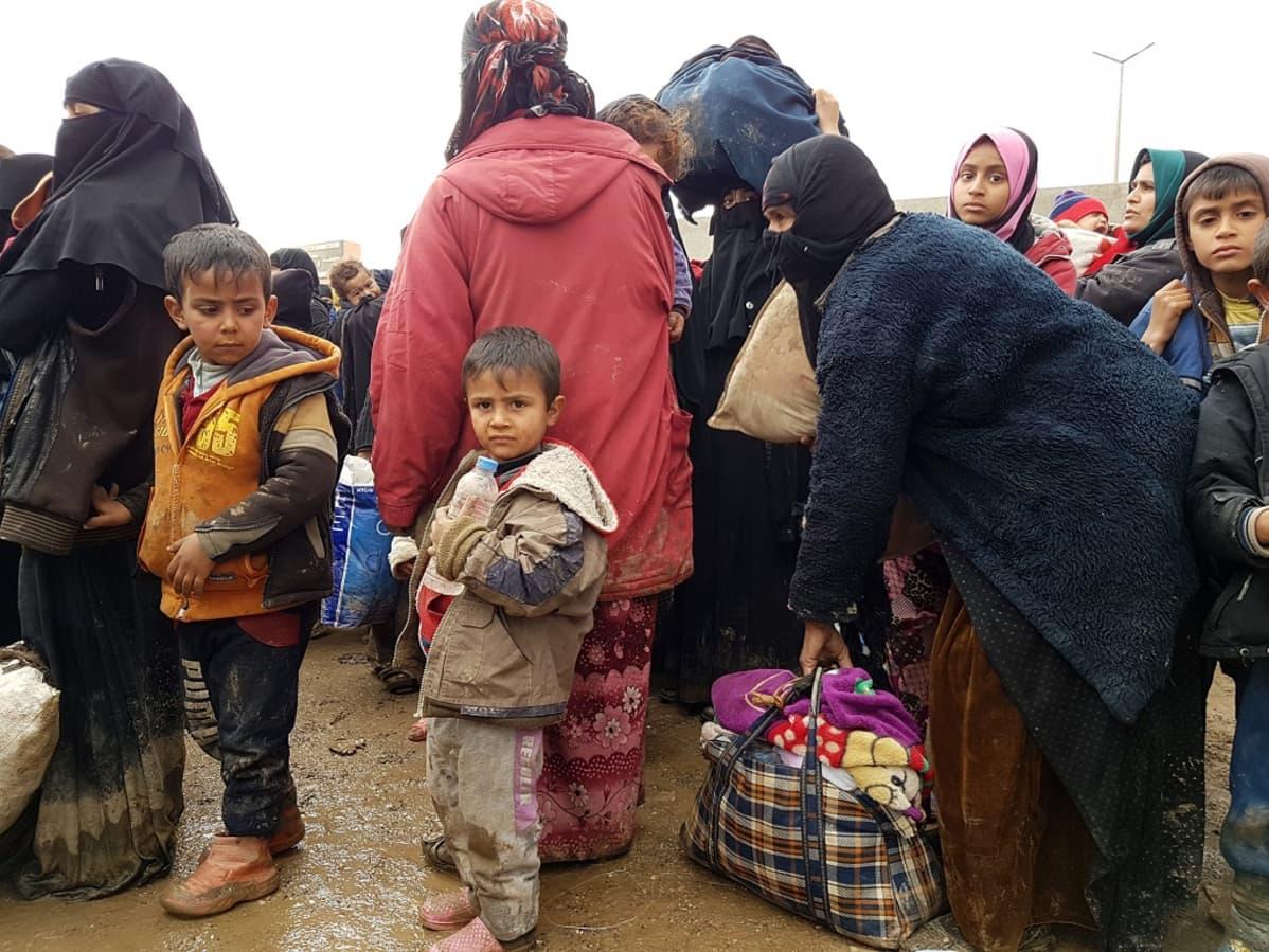 Länsi-Mosulista viikonloppuna paenneita ihmisiä.