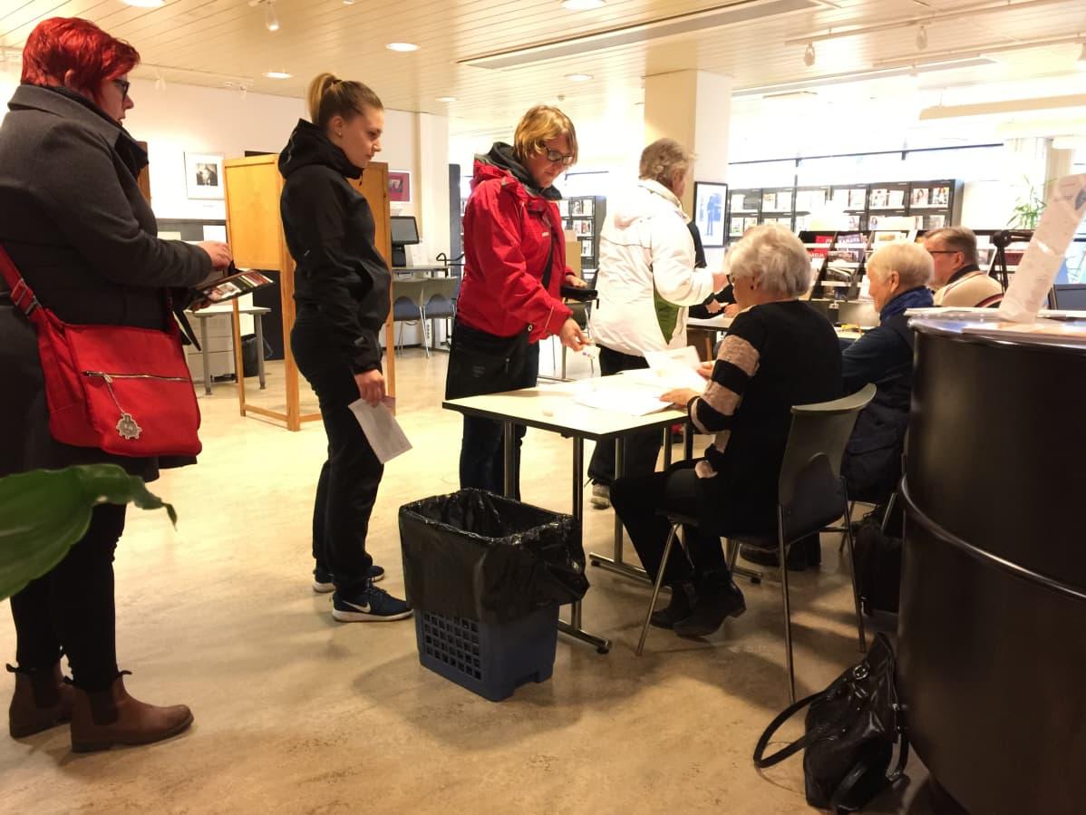 Kuntavaalien äänestyspaikka Kotkan pääkirjastossa.