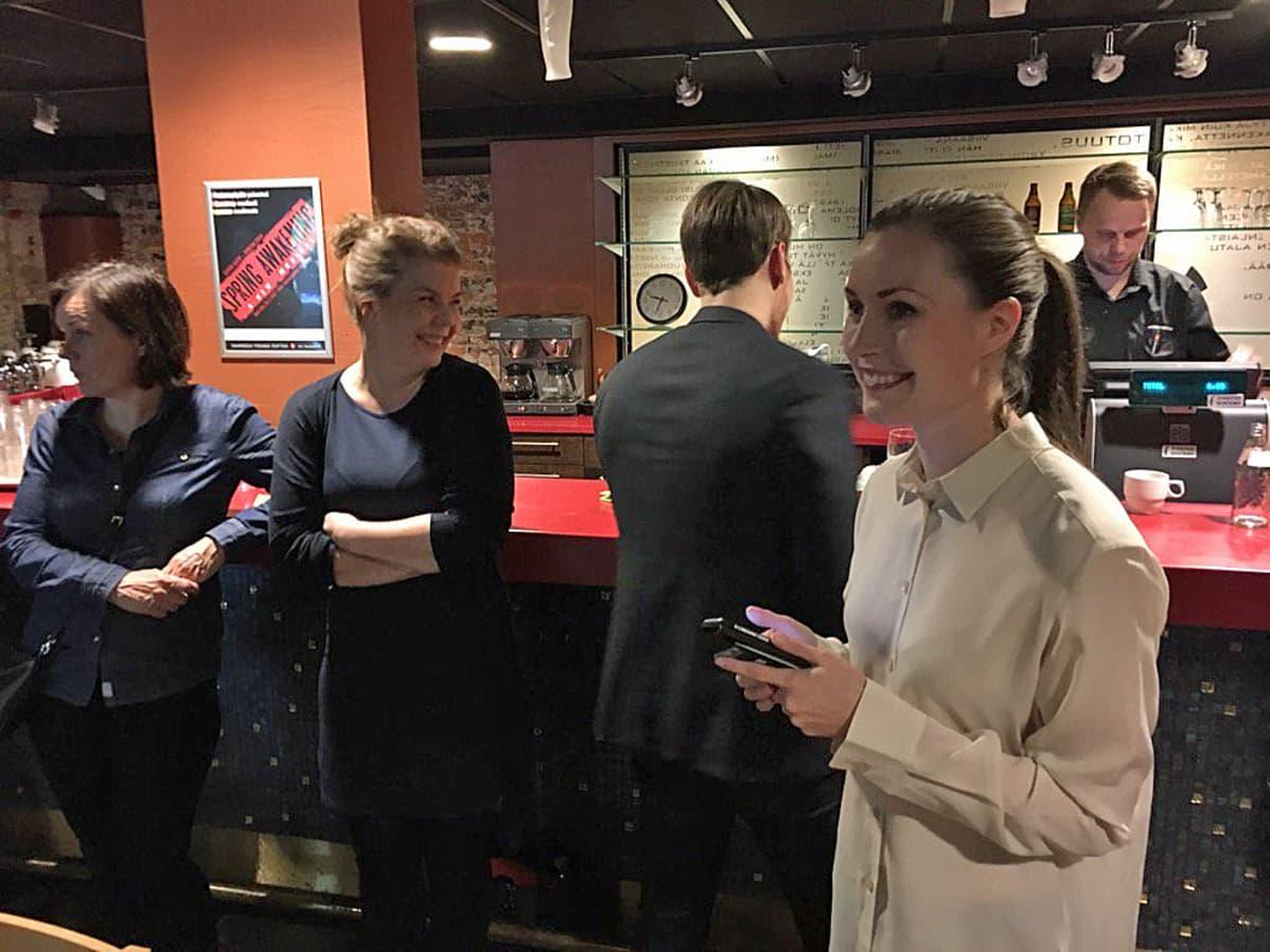 Tampereen äänikuningatar Sanna Marin iloitsi suuresta äänimäärästään SDP:n vaalivalvojaisissa.