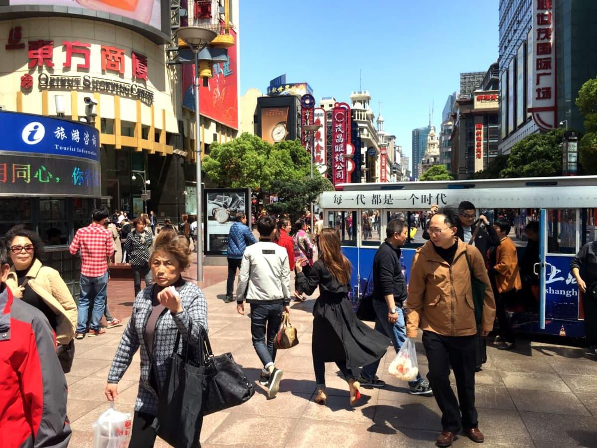 Kaupunki kuvaa Shanghaista.