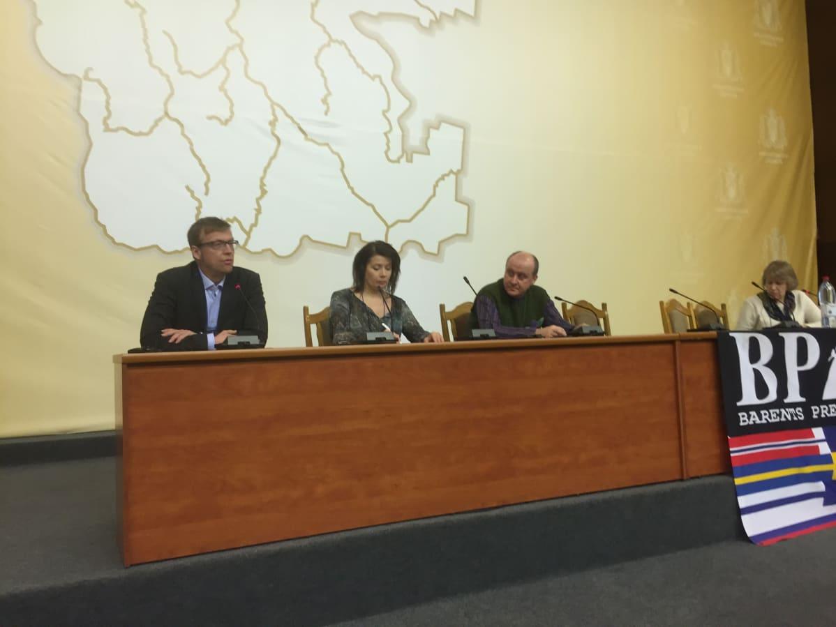 NRK Finnmarkin päällikkö Morten Ruud, Suomen Journalistiliiton puheenjohtaja Hanne Aho, sekä karjalaiset toimittajat Valery Potashov ja Tatiana Polkova.