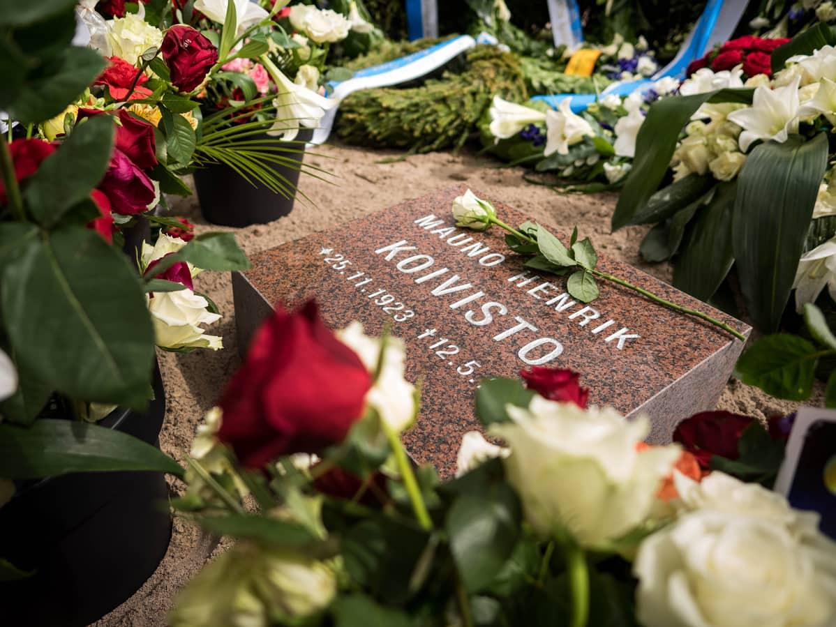 Mauno Koiviston hauta Hietaniemen hautausmaalla Helsingissä.