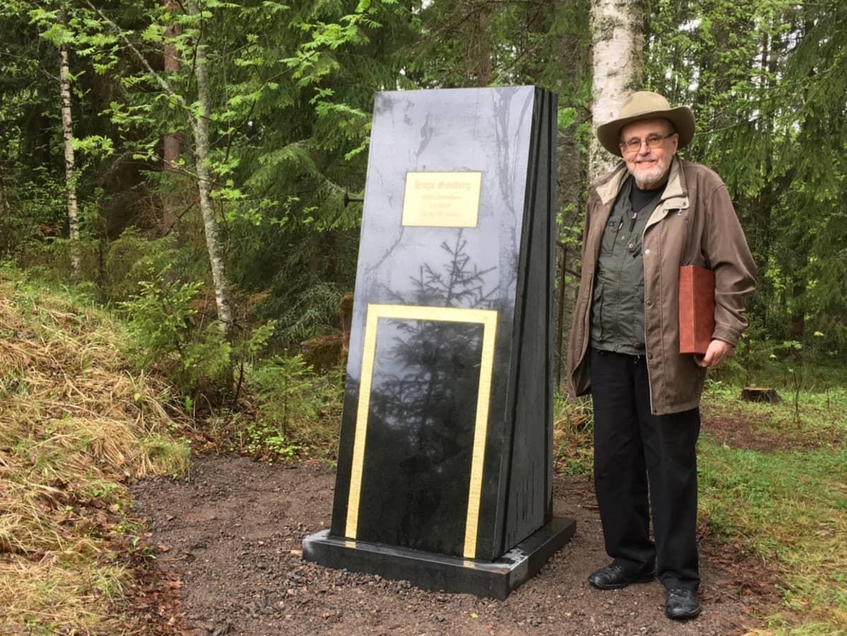Muistomerkin ja sen laatassa olevan tekstin suunnitellut Hugo Simbergin pojanpoika Jan Simberg.