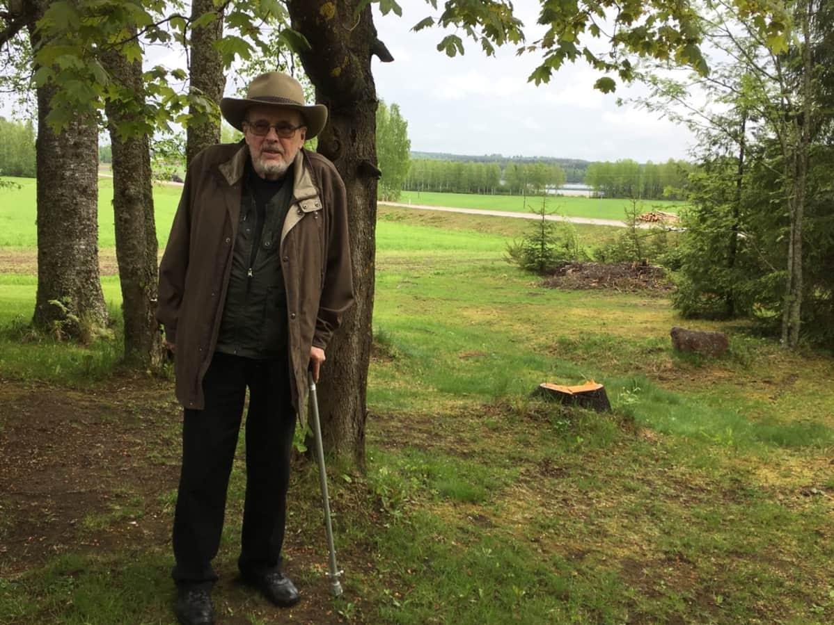 Jan Simberg (2017) samassa maisemassa kuin isoisänsä Hugo Simberg (1917).