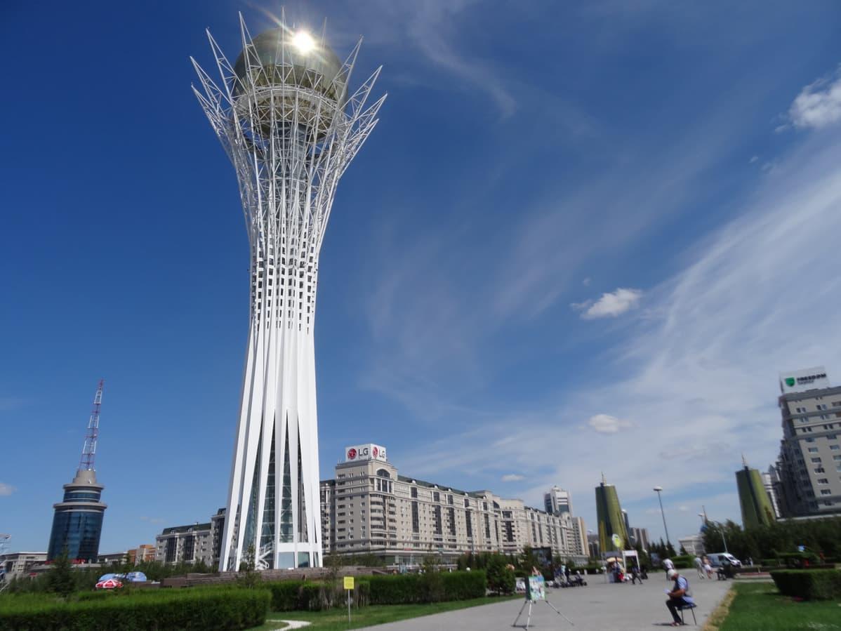 Astanan arkkitehtuuri on mahtipontista.