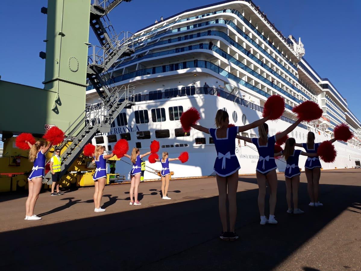 Cheerleaderit esiintyvät satamassa