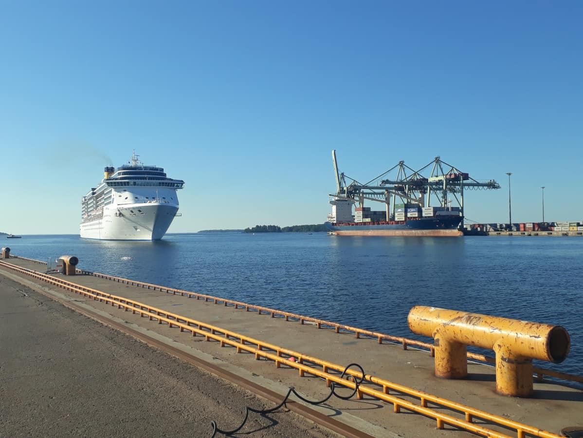 Laiva lipuu satamaan
