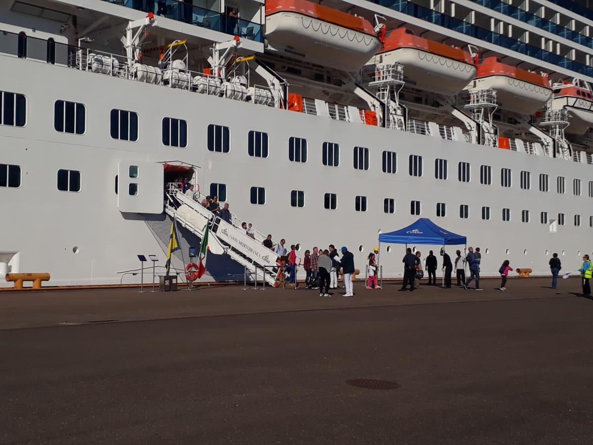 Matkustajat poistuvat laivasta