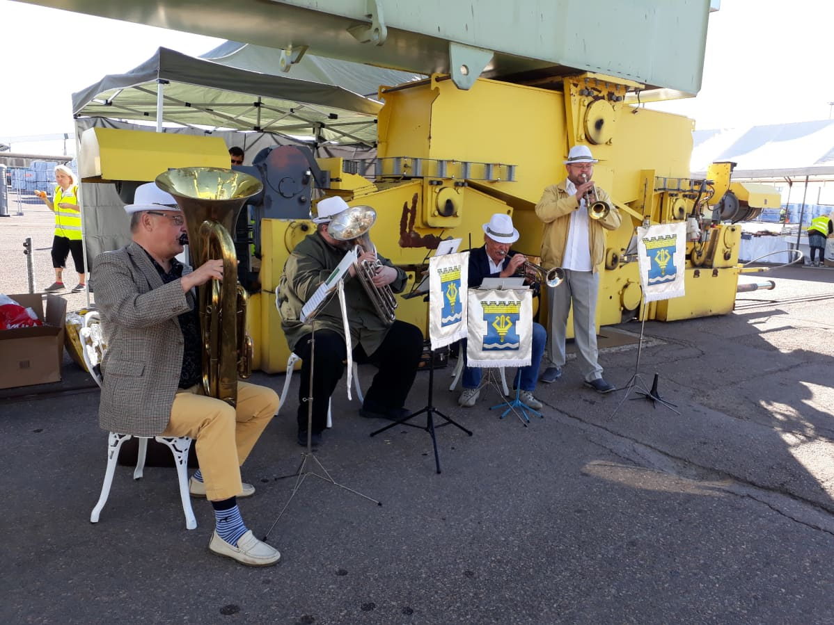 Waskinelikko-yhtye esiintyy Mussalon satamassa.