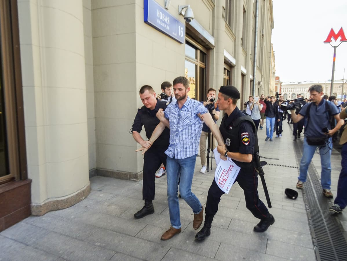 Poliisi otti Jevgeni Pavlovskin kiinni ja vei hänet kuulusteltavaksi.