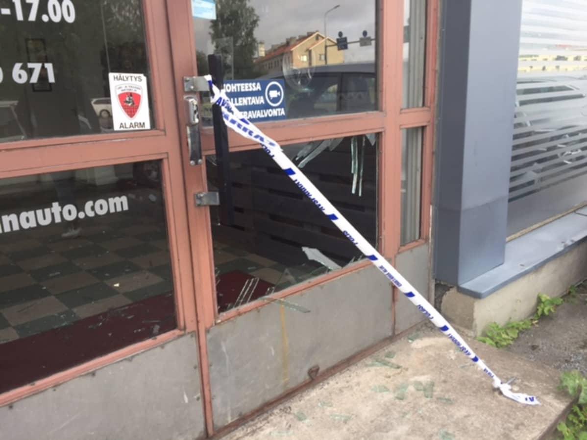 Murtautujat rikkoivat autoliikkeen oven.