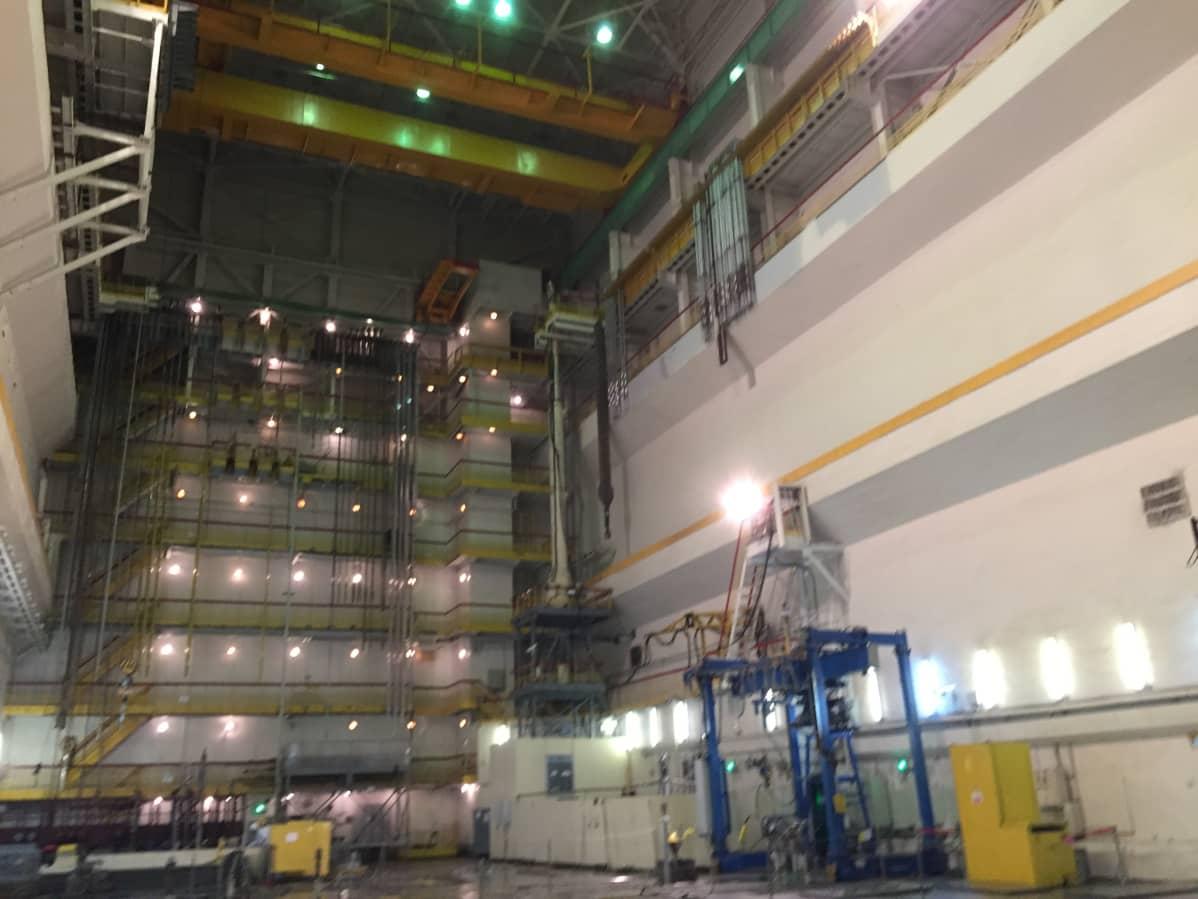 Vanhoissa venäläisissä ydinvoimaloissa reaktorin on vain tavallinen teollisuushallin katto, mutta ei varsinaista suojarakennusta.