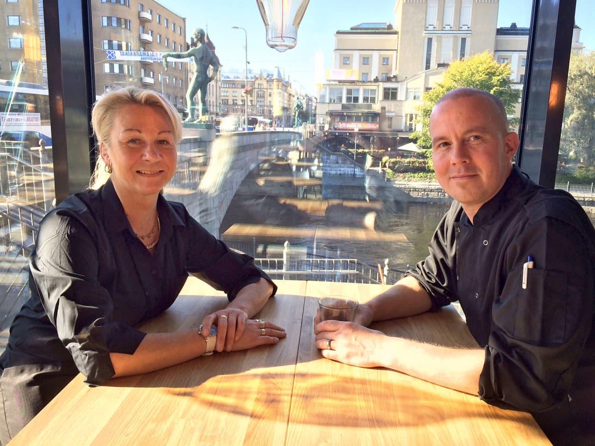 Ravintola Puiston ikkunasta avautuvat näkymät sekä Hämeenkadulle että Tammerkoskeen