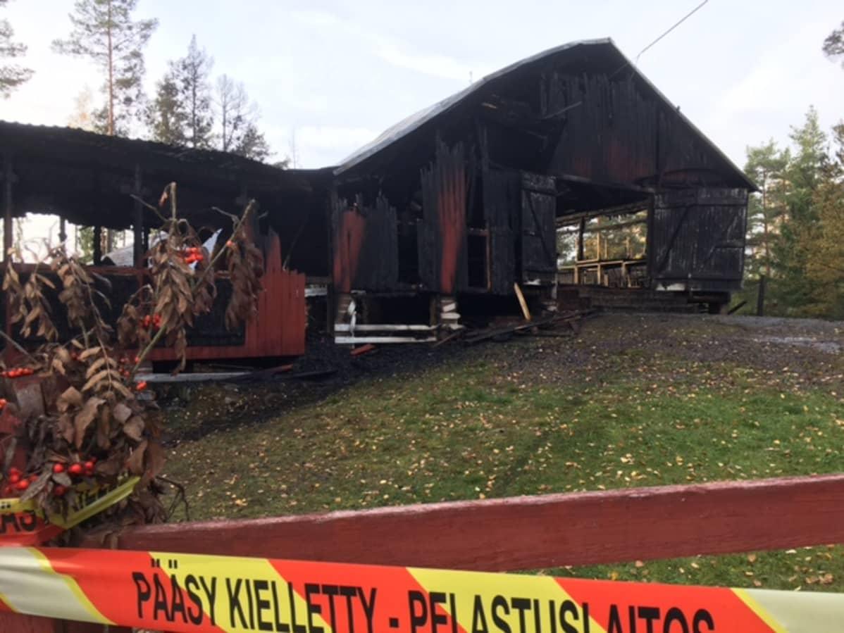 Killanmäen tanssilava tuhoutui tulipalossa.