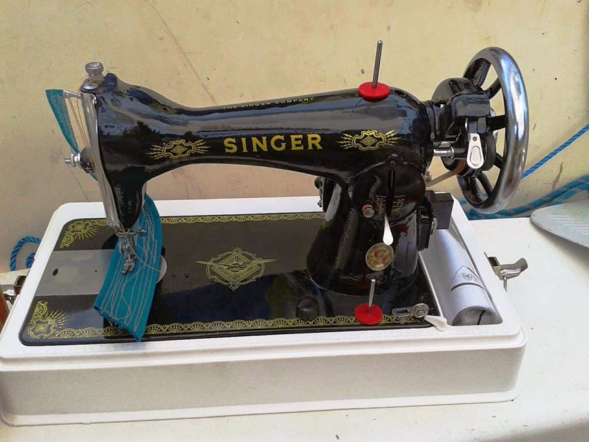 Vanha pöytämallin Singer-ompelukone