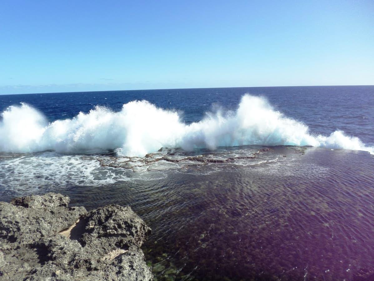 Meri tyrskyää kiviin