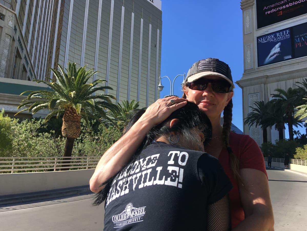 """Las Vegasissa asuvat Dianna ja Melody Larkin saapuivat Mandalay Bayn edustalle tajutakseen paremmin tapahtuneen. """"Las Vegas muuttuu tämän vuoksi"""", dianna Larkin uskoo."""