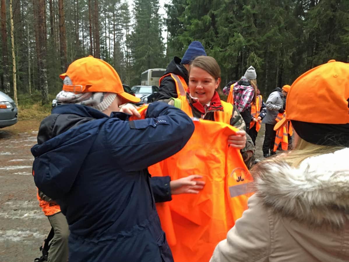Luokanopettaja Katja Juvonen auttaa oppilaita.