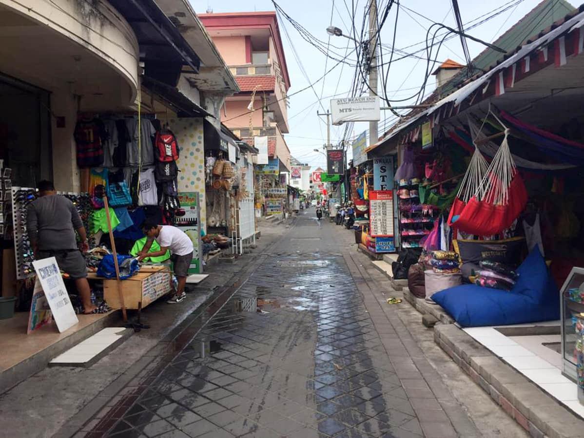 Tyhjentynyt kauppakuja Kutan alueella Balilla.