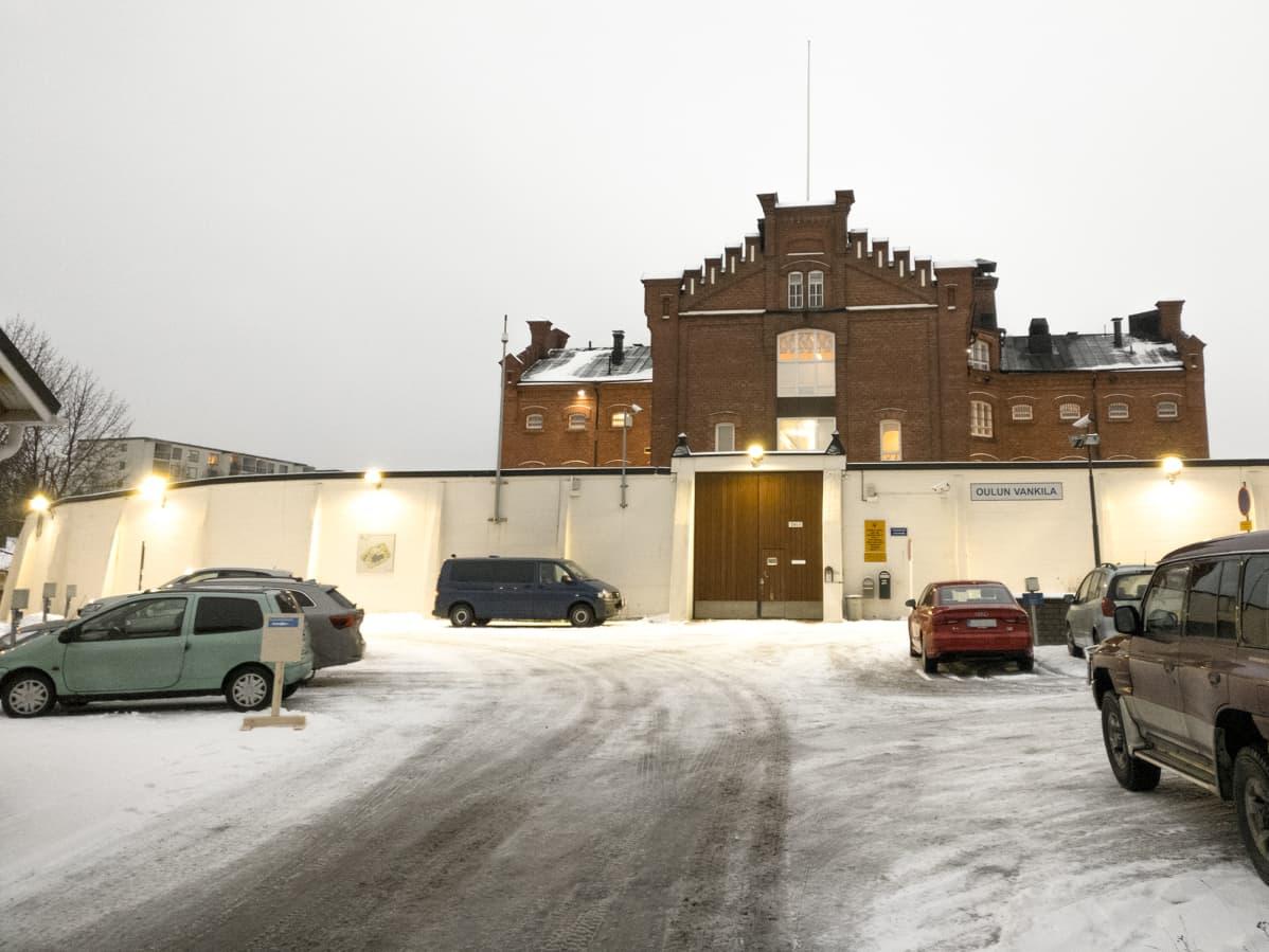 Oulun vankila ja sen muuri.