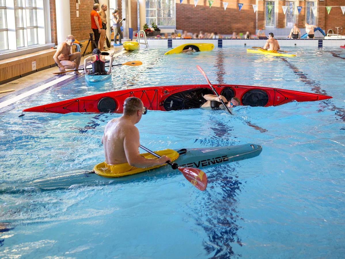 Lauritsalan uimahallissa harjoitellaan eskimokäännöksiä kajakeilla.
