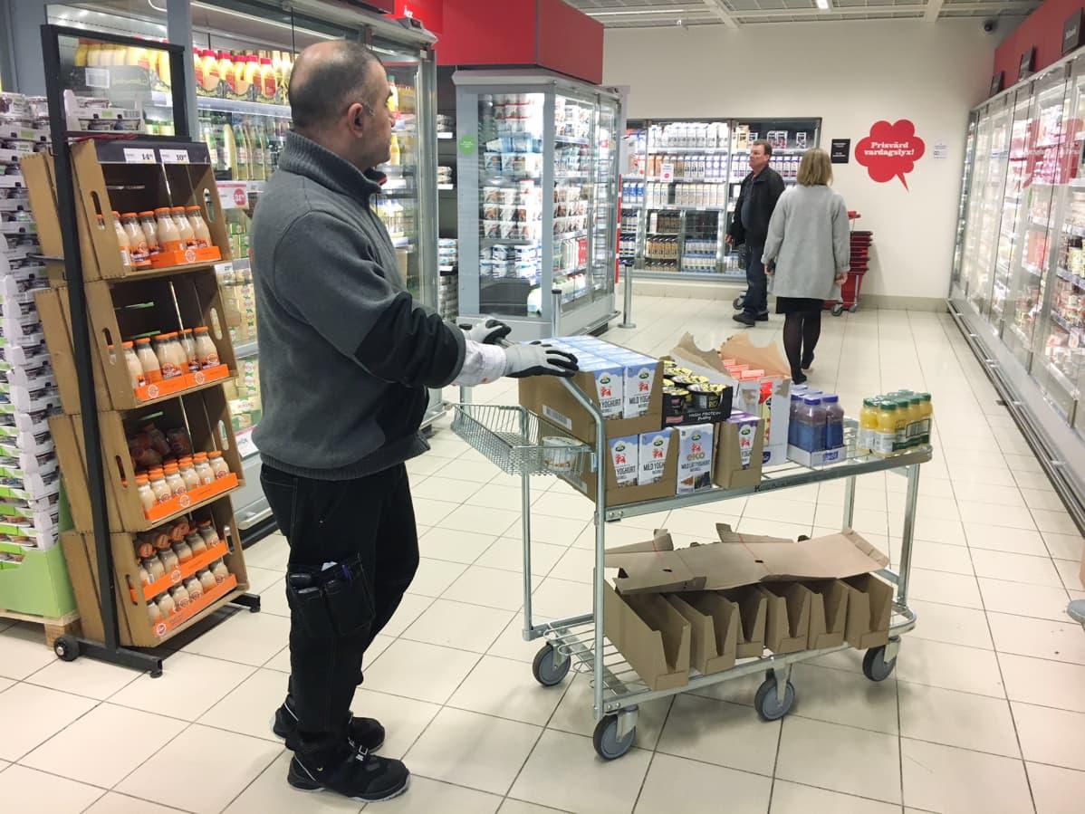 Haval Salim myymälässä.